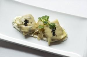 Raviolis de setas y gambas, cebolla confitada y crema de queso
